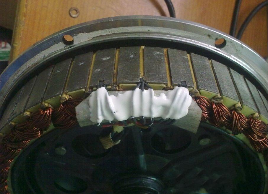 在换霍尔的过程中首先记下霍尔的排列顺序,有字的一面为正面,没字的一面为反面。从正面看它的三个脚分别是正极、负极、信号。三个霍尔要同型号,不能相混搭配,且三个同时换掉。如三个霍尔排列顺序为正、正、正为60度电机,如是正、反、正为120度电机。在焊接过程中尽量用小功率的烙铁,拆一个换一个,三个接线要正确,且速度要快,温度过高会使霍尔损坏。再用A、B胶或塑料密封胶在原位置粘好,等干后就可以上盖。